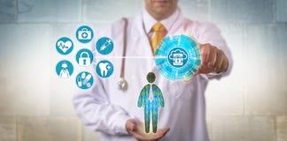 Γιατρός που εξασφαλίζει την πρόσβαση στο αρχείο υγείας μέσω του σύννεφου Στοκ φωτογραφία με δικαίωμα ελεύθερης χρήσης