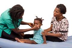 Γιατρός που εξετάζει έναν ασθενή παιδιών στο νοσοκομείο στοκ εικόνες