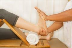 Γιατρός που εξετάζει ένα πόδι τραυματισμών Στοκ Εικόνες