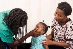 Γιατρός που εξετάζει ένα υπομονετικό παιδί στα μάτια στοκ εικόνες με δικαίωμα ελεύθερης χρήσης