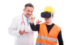 Γιατρός που εξετάζει κατασκευαστών στα γυαλιά πραγματικότητας Στοκ φωτογραφίες με δικαίωμα ελεύθερης χρήσης