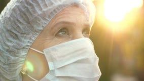 Γιατρός που εξετάζει προς τα εμπρός τον ουρανό φιλμ μικρού μήκους