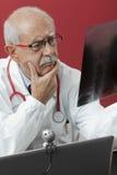 Γιατρός που εξετάζει την ακτίνα X Στοκ Φωτογραφίες