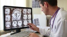 Γιατρός που εξετάζει την ανίχνευση CT φιλμ μικρού μήκους