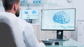 Γιατρός που εξετάζει την τρισδιάστατη ανίχνευση εγκεφάλου στο όργανο ελέγχου απόθεμα βίντεο