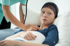 Γιατρός που εξετάζει τη γυναίκα με τον καρκίνο Στοκ φωτογραφία με δικαίωμα ελεύθερης χρήσης