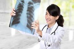 γιατρός που εξετάζει τη θηλυκή ακτίνα Χ Στοκ εικόνα με δικαίωμα ελεύθερης χρήσης