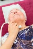 Γιατρός που εξετάζει τον ανώτερο ασθενή με υπερηχητικό στοκ εικόνες με δικαίωμα ελεύθερης χρήσης