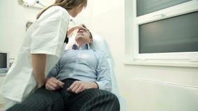 Γιατρός που εξετάζει τον αρσενικό ασθενή απόθεμα βίντεο