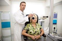 γιατρός που εξετάζει τον ασθενή Στοκ φωτογραφία με δικαίωμα ελεύθερης χρήσης