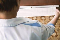 Γιατρός που εξετάζει το καρδιογράφημα Στοκ Εικόνα
