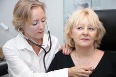 γιατρός που εξετάζει το&nu Στοκ Εικόνες