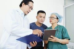 Γιατρός που εξηγεί τα αποτελέσματα των ιατρικών εξετάσεων στοκ εικόνες με δικαίωμα ελεύθερης χρήσης