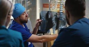 Γιατρός που εξηγεί τη διάγνωση στους συναδέλφους του απόθεμα βίντεο