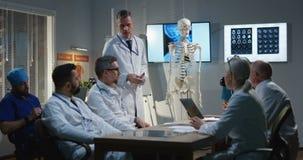 Γιατρός που εξηγεί τη διάγνωση στους συναδέλφους του φιλμ μικρού μήκους