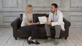 Γιατρός που εξηγεί τη διάγνωση στο θηλυκό ασθενή του απόθεμα βίντεο