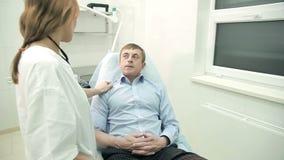 Γιατρός που επικοινωνεί με τον πελάτη στο νοσοκομείο απόθεμα βίντεο