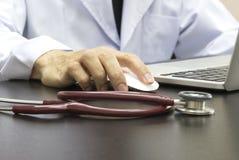 Γιατρός που εργάζεται με τον υπολογιστή Στοκ εικόνα με δικαίωμα ελεύθερης χρήσης
