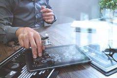 Γιατρός που εργάζεται με τον ψηφιακό υπολογιστή ταμπλετών με το έξυπνο τηλέφωνο μέσα Στοκ Εικόνες