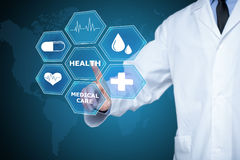Γιατρός που εργάζεται σε μια εικονική οθόνη Ιατρική έννοια τεχνολογίας σφυγμός στοκ εικόνα