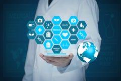 Γιατρός που εργάζεται σε μια εικονική οθόνη Ιατρική έννοια τεχνολογίας σφυγμός στοκ εικόνες