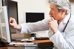 Γιατρός που εργάζεται στην κλινική Στοκ φωτογραφία με δικαίωμα ελεύθερης χρήσης