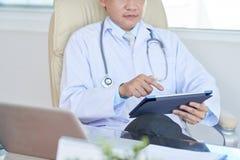 Γιατρός που εργάζεται στην ψηφιακή ταμπλέτα στοκ εικόνες με δικαίωμα ελεύθερης χρήσης