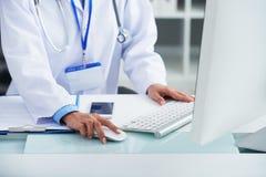 Γιατρός που εργάζεται στον υπολογιστή στοκ εικόνα με δικαίωμα ελεύθερης χρήσης