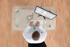 Γιατρός που εργάζεται στον υπολογιστή με το στηθοσκόπιο Στοκ εικόνα με δικαίωμα ελεύθερης χρήσης