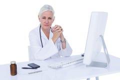 Γιατρός που εργάζεται στον υπολογιστή της Στοκ Φωτογραφίες