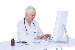 Γιατρός που εργάζεται στον υπολογιστή της Στοκ Φωτογραφία