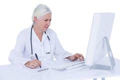 Γιατρός που εργάζεται στον υπολογιστή της Στοκ εικόνες με δικαίωμα ελεύθερης χρήσης
