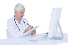 Γιατρός που εργάζεται στον υπολογιστή της Στοκ φωτογραφία με δικαίωμα ελεύθερης χρήσης