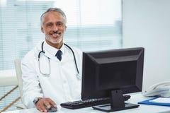 Γιατρός που εργάζεται στον υπολογιστή του Στοκ φωτογραφίες με δικαίωμα ελεύθερης χρήσης