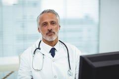 Γιατρός που εργάζεται στον υπολογιστή του Στοκ φωτογραφία με δικαίωμα ελεύθερης χρήσης
