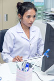 Γιατρός που εργάζεται στον υπολογιστή στοκ εικόνες με δικαίωμα ελεύθερης χρήσης
