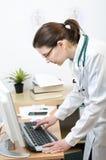 Γιατρός που εργάζεται στον υπολογιστή Στοκ φωτογραφία με δικαίωμα ελεύθερης χρήσης