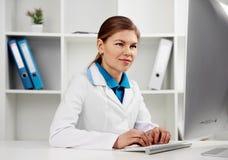 Γιατρός που εργάζεται στο γραφείο Στοκ εικόνα με δικαίωμα ελεύθερης χρήσης