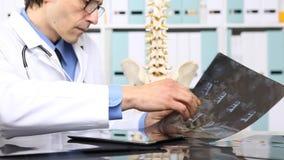 Γιατρός που ελέγχει την των ακτίνων X, ιατρική και έννοια ακτινολογίας απόθεμα βίντεο