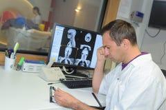 Γιατρός που η των ακτίνων X ταινία από roentgen mri στο νοσοκομείο Στοκ φωτογραφία με δικαίωμα ελεύθερης χρήσης