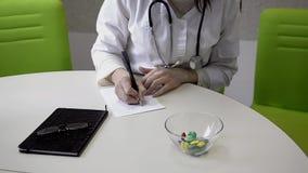 γιατρός που κάνει τις σημειώσεις απόθεμα βίντεο