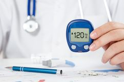 Γιατρός που κατασκευάζει τη ζάχαρη αίματος να εξετάσει την υγειονομική περίθαλψη, διαβήτης, ιατρική έννοια στοκ εικόνες με δικαίωμα ελεύθερης χρήσης