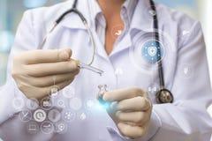 Γιατρός που κερδίζει την ιατρική dropper Στοκ Φωτογραφίες