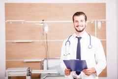Γιατρός που κρατά έναν φάκελλο στα χέρια με το στηθοσκόπιο arround το ΝΕ του Στοκ εικόνα με δικαίωμα ελεύθερης χρήσης