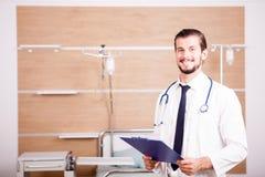 Γιατρός που κρατά έναν φάκελλο στα χέρια με το στηθοσκόπιο arround το ΝΕ του Στοκ Φωτογραφία