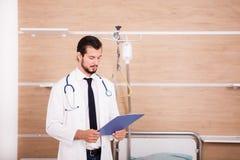 Γιατρός που κρατά έναν φάκελλο στα χέρια με το στηθοσκόπιο arround το ΝΕ του Στοκ φωτογραφία με δικαίωμα ελεύθερης χρήσης