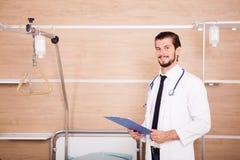 Γιατρός που κρατά έναν φάκελλο στα χέρια με το στηθοσκόπιο arround nec του Στοκ εικόνα με δικαίωμα ελεύθερης χρήσης