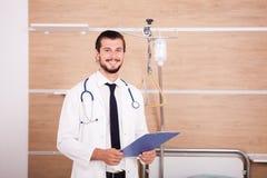 Γιατρός που κρατά έναν φάκελλο στα χέρια με το στηθοσκόπιο arround nec του Στοκ Φωτογραφία