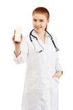 Γιατρός που κρατά ένα κενό κιβώτιο με οποιαδήποτε ιατρική χωρίς ετικέτες ISO Στοκ Φωτογραφίες