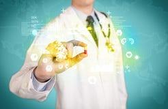 Γιατρός που κρατά ένα χάπι μεταξύ των δάχτυλων Στοκ φωτογραφίες με δικαίωμα ελεύθερης χρήσης